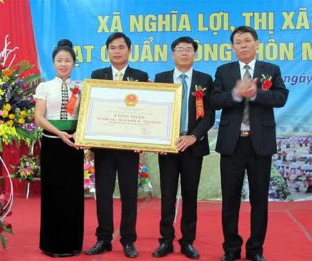 Phó chủ tịch UBND tỉnh Nguyễn Văn Khánh trao Bằng công nhận đạt chuẩn nông thôn mới cho xã Nghĩa Lợi.