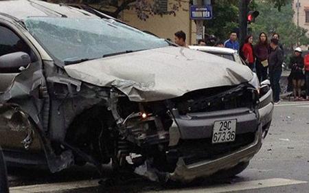 Chiếc xe gây tai nạn bị hư hỏng nặng phần đầu, 1 bánh văng ra khỏi xe.