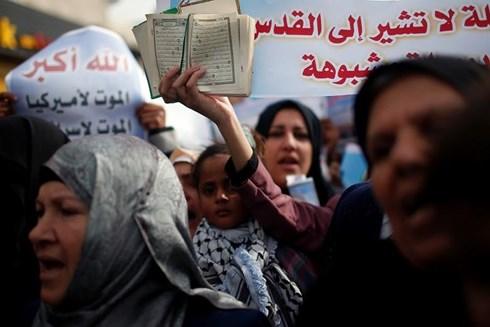 hoi dong bao an lhq xem xet du thao nghi quyet moi ve jerusalem hinh 1 Người biểu tình phản đối công nhận Jerusalem là thủ đô của Israel. Ảnh: Reuters.