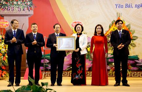 Thừa ủy quyền của Chủ tịch nước, đồng chí Bí thư Tỉnh ủy, Chủ tịch HĐND tỉnh Phạm Thị Thanh Trà trao Huân chương Lao động hạng Nhì cho Công ty  Điện lực Yên Bái.