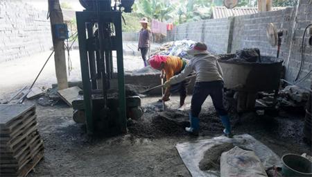 Xưởng gạch xi của gia đình ông Đồng Văn Ngọc -  Trưởng thôn Bản Lố, xã Hạnh Sơn, huyện Văn Chấn cho thu nhập trên 400 triệu đồng/năm.