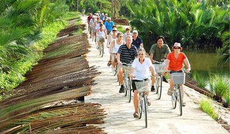 Du khách nước ngoài tới Việt Nam.