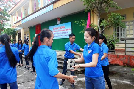Đoàn viên thanh niên thành phố Yên Bái tham gia xây dựng nông thôn mới. (Ảnh: Thanh Nghị)