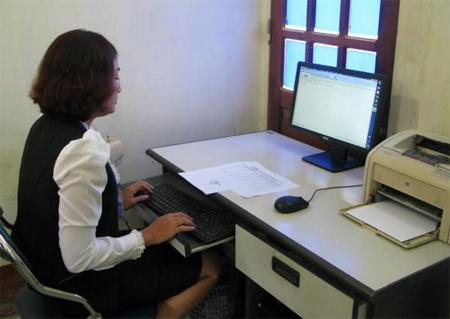 Hiện nay, bình quân cứ 2,2 cán bộ, công chức có 1 máy tính. (Ảnh: Công chức thị trấn Mậu A, huyện Văn Yên sử dụng máy tính phục vụ công tác chuyên môn).