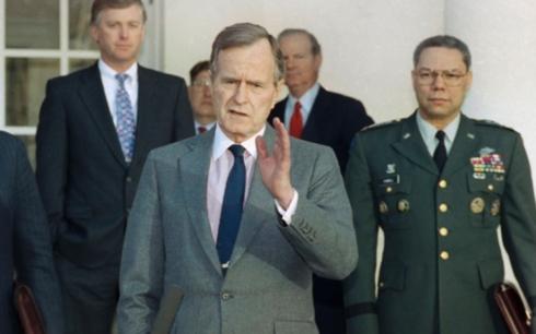Tổng thống George H.W. Bush (giữa) sau cuộc họp với các cố vấn quân sự vào ngày 11/2/1991
