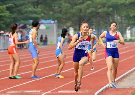 VĐV Quách Thị Lan (đoàn Thanh Hóa) cùng đồng đội thi đấu xuất sắc khi phá kỷ lục Đại hội ở nội dung chạy tiếp sức cự ly 4x400 m nữ.