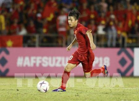 Phan Văn Đức đánh đầu nâng tỉ số cho Đội tuyển Việt Nam lên 2-1 vào đầu hiệp 2.