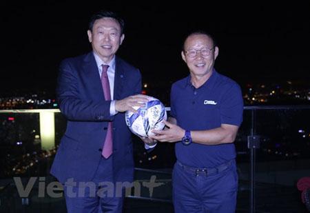 Chủ tịch Tập đoàn Lotte đã có cuộc gặp mặt bất ngờ với huấn luyện viên Park Hang Seo.