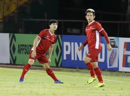 Các cầu thủ đội tuyển Việt Nam tập làm quen trên sân Panaad.
