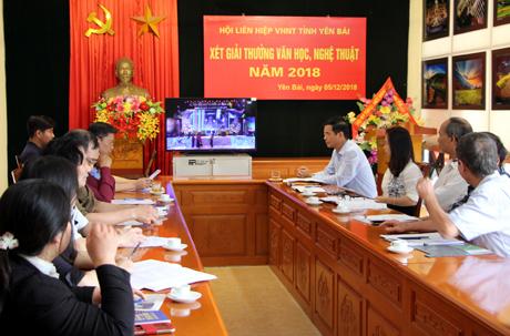 Hội đồng Chung khảo Giải thưởng VHNT Yên Bái năm 2018 xét các tác phẩm tham dự giải thưởng