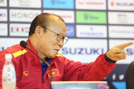 HLV Park Hang-seo trả lời phỏng vấn ở trụ sở Liên đoàn Bóng đá Việt Nam, một ngày trước trận quyết chiến với Philippines.