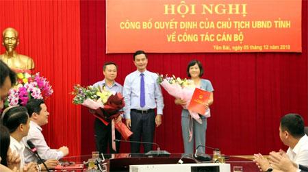 Đồng chí Dương Văn Tiến - Phó chủ tịch UBND tỉnh trao Quyết định bổ nhiệm của Chủ tịch UBND tỉnh và tặng hoa chúc mừng hai tân Phó Giám đốc Sở GD & ĐT.