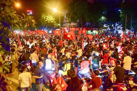 Cổ động viên đổ về khu vực hồ Hoàn Kiếm ăn mừng chiến thắng ở trận lượt đi.