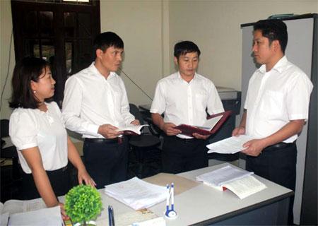 Lãnh đạo TAND huyện Trạm Tấu trao đổi nghiệp vụ trước khi xét xử.