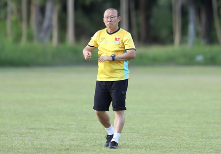 Huấn luyện viên tuyển Việt Nam Park Hang Seo trên sân tập.