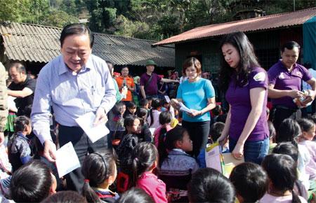 Ông Mai Đức Lộc - Phó Chủ tịch Hội Nhà báo Việt Nam cùng các đoàn từ thiện trao quà cho học sinh trường Phổ thông dân tộc bán trú & Tiểu học Tà Ghênh, xã Nậm Có, huyện Mù Cang Chải.