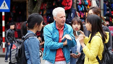 Sinh viên Hà Nội tự tin giao tiếp bằng tiếng Anh với du khách.