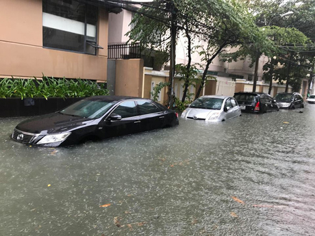 Xe chìm trong nước.