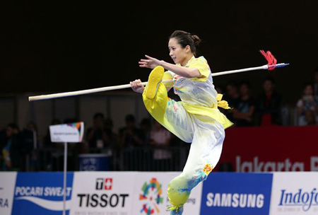 Vận động viên Dương Thúy Vi (Đoàn Hà Nội) giành Huy chương vàng nội dung thương thuật nữ môn wushu.