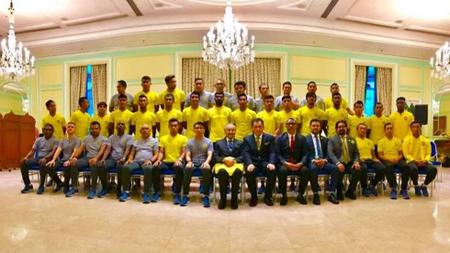 Thủ tướng của Malaysia – ông Mahathir Mohamad chụp ảnh với các cầu thủ ĐT Malaysia (Ảnh: KBSMalaysia).