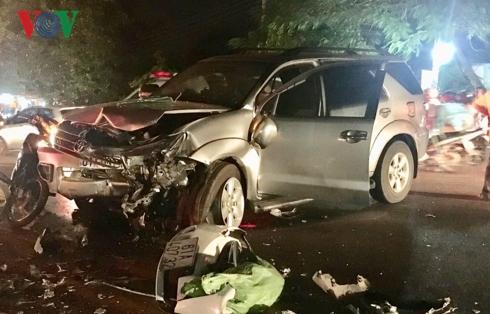 Hai chiếc xe đều bị nát hết đầu sau khi va chạm.