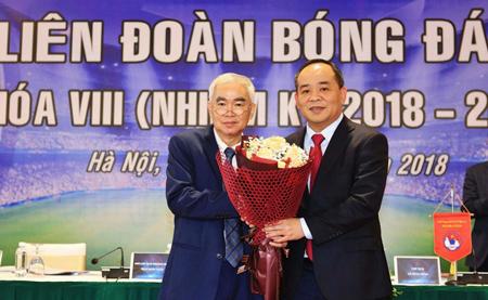 Cựu Chủ tịch VFF Lê Hùng Dũng chúc mừng tân Chủ tịch Lê Khánh Hải (phải).