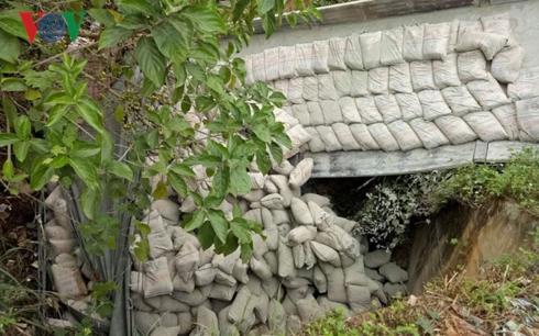 Hiện trường vụ tai nạn xe tải chở đầy xe măng lao xuống ta luy âm sâu khoảng 10 mét.