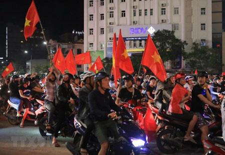 Người người hâm mộ đổ ra đường ăn mừng chiến thắng của đội tuyển bóng đá Việt Nam.