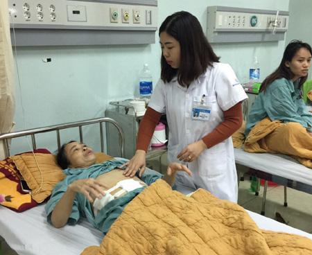 Bác sỹ Tòng Thị Biên kiểm tra vết mổ của bệnh nhân hậu phẫu.