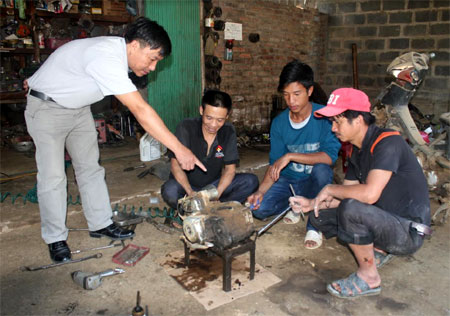 Cán bộ TTGDNN - GDTX huyện Trạm Tấu hướng dẫn học viên học nghề sửa chữa xe máy.