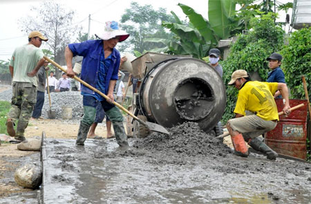 Nhân dân xã Hạnh Sơn tham gia làm đường giao thông.