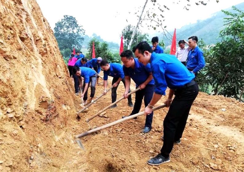 Tuổi trẻ xã Hoàng Thắng xung kích mở đường xây dựng nông thôn mới.