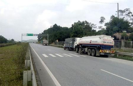 Tình trạng xe đỗ ăn cơm bên đường cao tốc Nội Bài - Lào Cai tại Km117 gây mất ATGT.