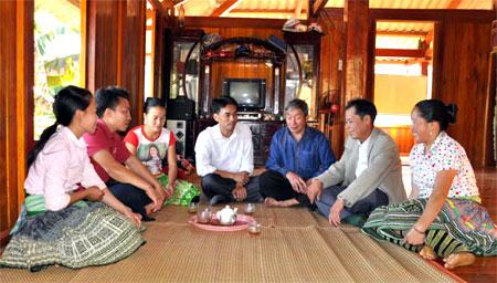 Cán bộ Ban Dân vận Huyện ủy cùng cán bộ xã Bản Công đến thăm hỏi, tuyên truyền, vận động bà con dân tộc Mông ăn chung một tết.