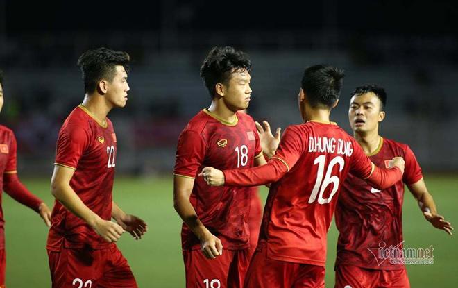 Trung vệ Thành Chung và các đồng đội ăn mừng sau bàn gỡ hòa.