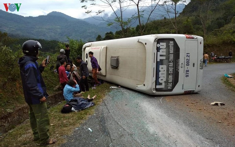 Chiếc xe khách bị lật khiến nhiều người bị thương.