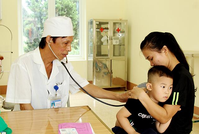 Người dân đến khám chữa bệnh tại Trạm Y tế xã Hòa Cuông, huyện Trấn Yên.