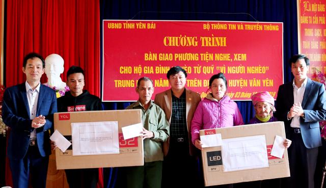 Lãnh đạo Ủy ban MTTQ tỉnh, Sở Thông tin và Truyền thông và huyện Văn Yên trao tặng tivi cho các hộ gia đình