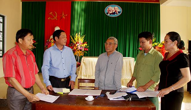 Lãnh đạo Đảng ủy xã Sơn Thịnh kiểm tra công tác chuẩn bị Đại hội tại Chi bộ thôn Phiêng 1