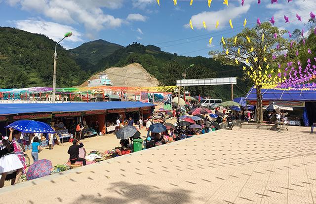 Hoạt động chợ phiên trong Lễ hội Khám phá Danh thắng quốc gia Ruộng bậc thang Mù Cang Chải thu hút đông đảo khách du lịch tham quan, mua sắm.