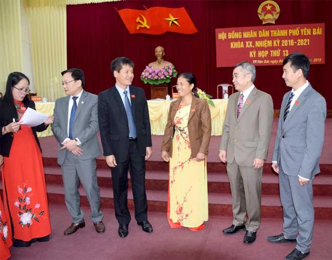 Đồng chí Ngô Hạnh Phúc - Bí thư Thành ủy, Chủ tịch HĐND thành phố và đồng chí Đỗ Đức Minh - Chủ tịch UBND thành phố trao đổi với các đại biểu dự Kỳ họp.