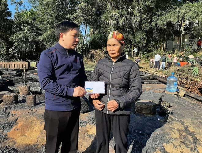Đại diện Nhóm Kết nối trẻ Yên Bái hỗ trợ 3 triệu đồng  cho 3 hộ gia đình bị hỏa hoạn.