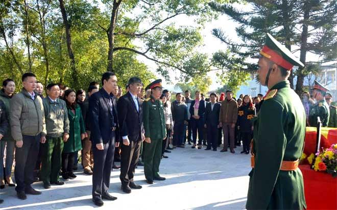 Đại biểu Ban chỉ đạo 515 của tỉnh và lãnh đạo huyện Văn Chấn đã dâng hương tưởng niệm liệt sỹ