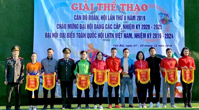 Ban tổ chức tặng cờ lưu niệm cho các đội tham dự Giái thể thao.