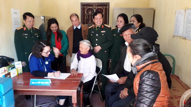 Các bác sỹ Trung tâm Nhân đạo Trường Sơn khám, chữa bệnh cho người dân xã Nga Quán.