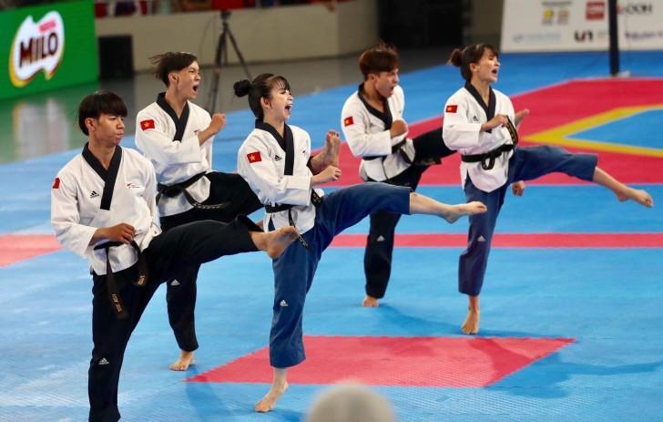 Châu Tuyết Vân và đồng đội đoạt HCV đầu tiên cho bộ môn Taekwondo.