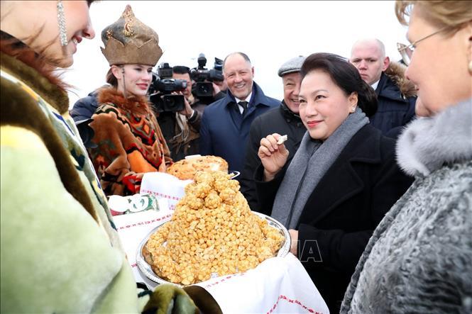 Thiếu nữ Tatarstan (Nga) chào đón Chủ tịch Quốc hội Nguyễn Thị Kim Ngân bằng ẩm thực truyền thống của địa phương.