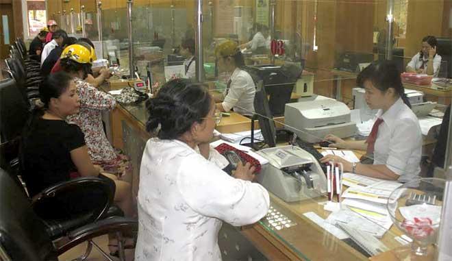Người dân và doanh nghiệp đến Agribank Chi nhánh tỉnh Yên Bái giao dịch cuối năm.