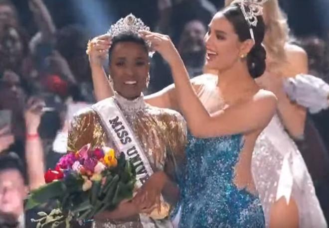 Hoa hậu Hoàn vũ 2019 Zozibini Tunzi nhận vương miện từ Catriona Gray.