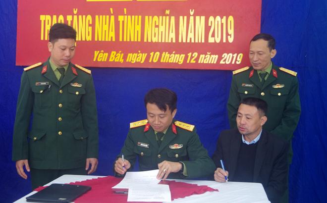 Đại diện Ban CHQS thành phố Yên Bái, xã Phúc Lộc và Thượng úy Hà Văn Quỳnh ký kết văn bản bàn giao nhà tình nghĩa.